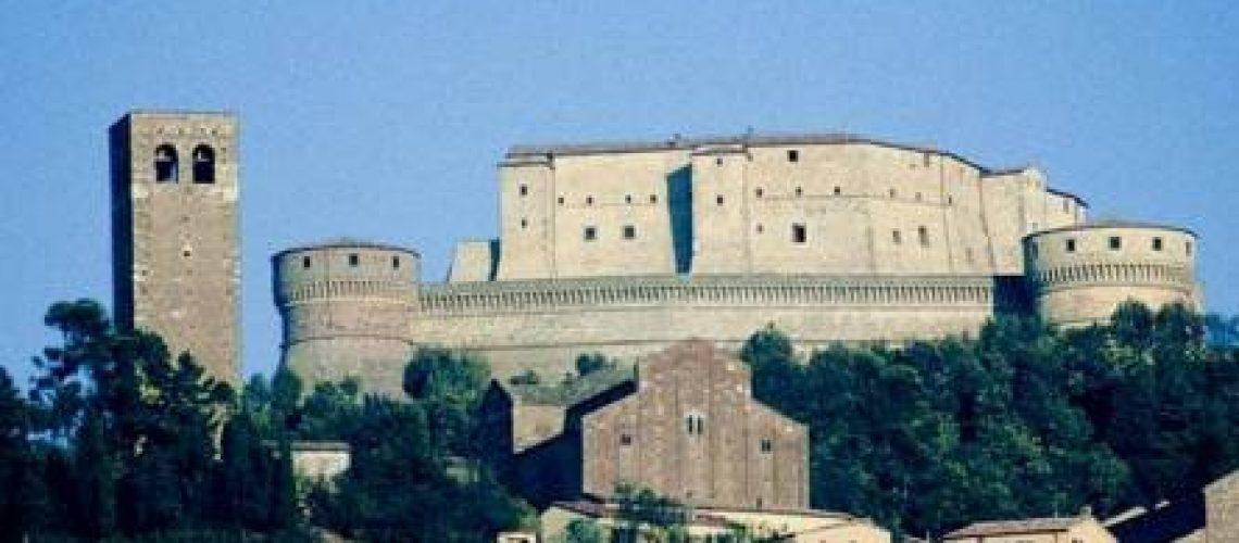 La fortezza di San Leo e il Duomo (Archivio fotografico Provincia di Rimini).