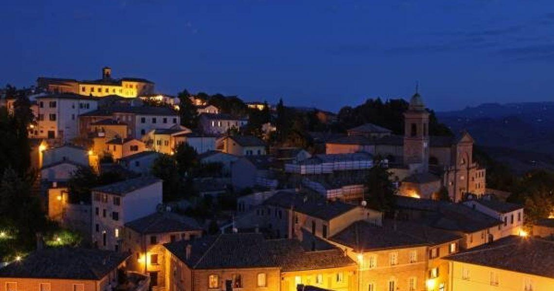 Panorama notturno di Verucchio (foto dell'archivio fotografico della Provincia di Rimini).